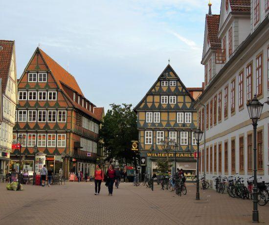 Er Celle i Tyskland et eventyr. Bindeverkshus og liv i gatene i Celle. Urbantoglandlig