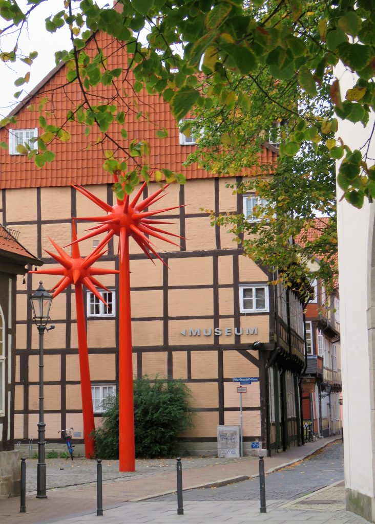 Er Celle i Tyskland et eventyr. Det er plass til moderne kunst utenfor et bindingsverkshus. Urbantoglandlig