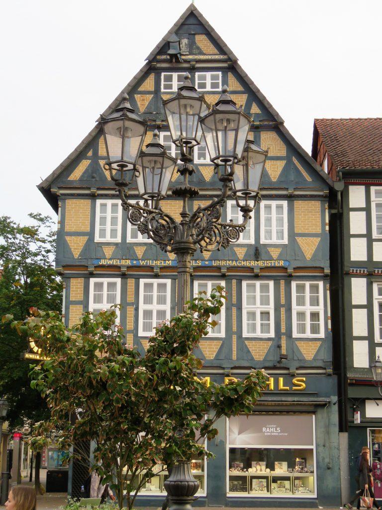 Er Celle i Tyskland et eventyr. Et typisk bindeverkshus i Celle. Urbantoglandlig