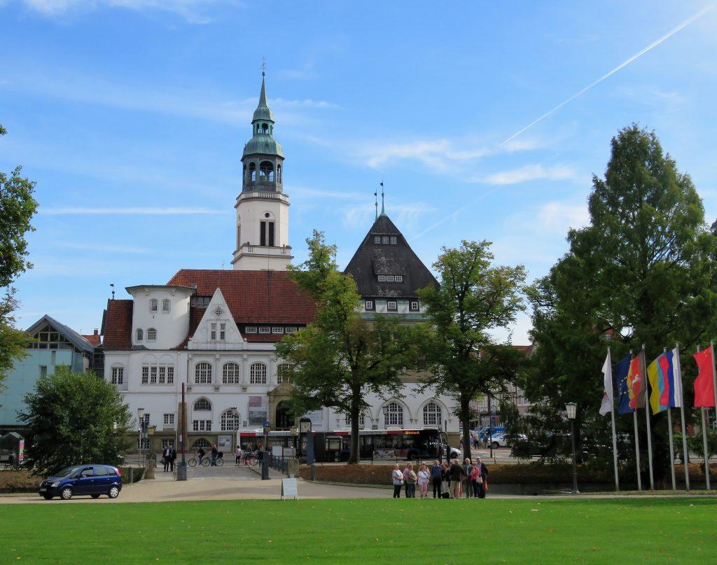 Er Celle i Tyskland et eventyr. Inngangen til Celle sett fra Slottsparken. Urbantoglandlig