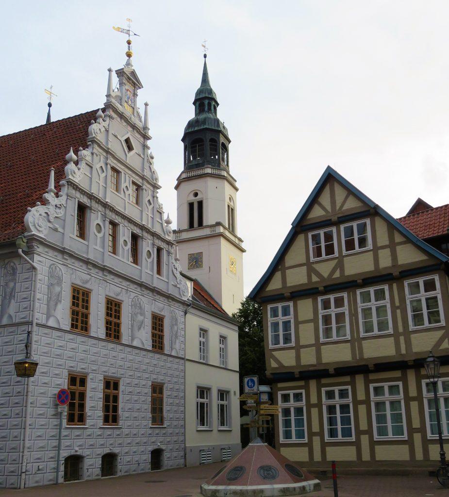 Er Celle i Tyskland et eventyr. Kirken og andre bygg i byen. Urbantoglandlig