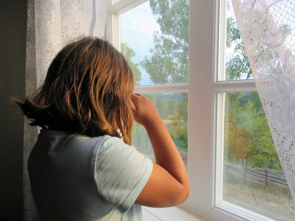 Ta barna med til Åsens by. Slik kunne barna titte ut av vinduet og se etter foreldrene sine. Urbantoglandlig