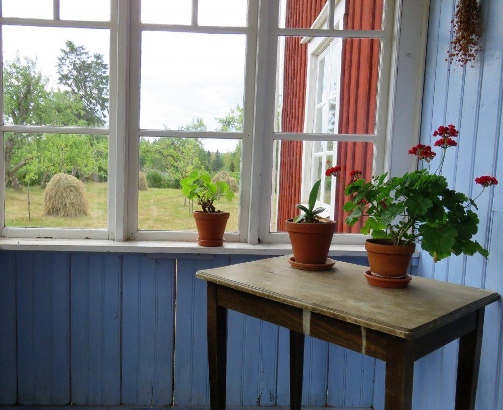 Ta barna med til Åsens by. Vinduspost i Teklas hus. Urbantoglandlig