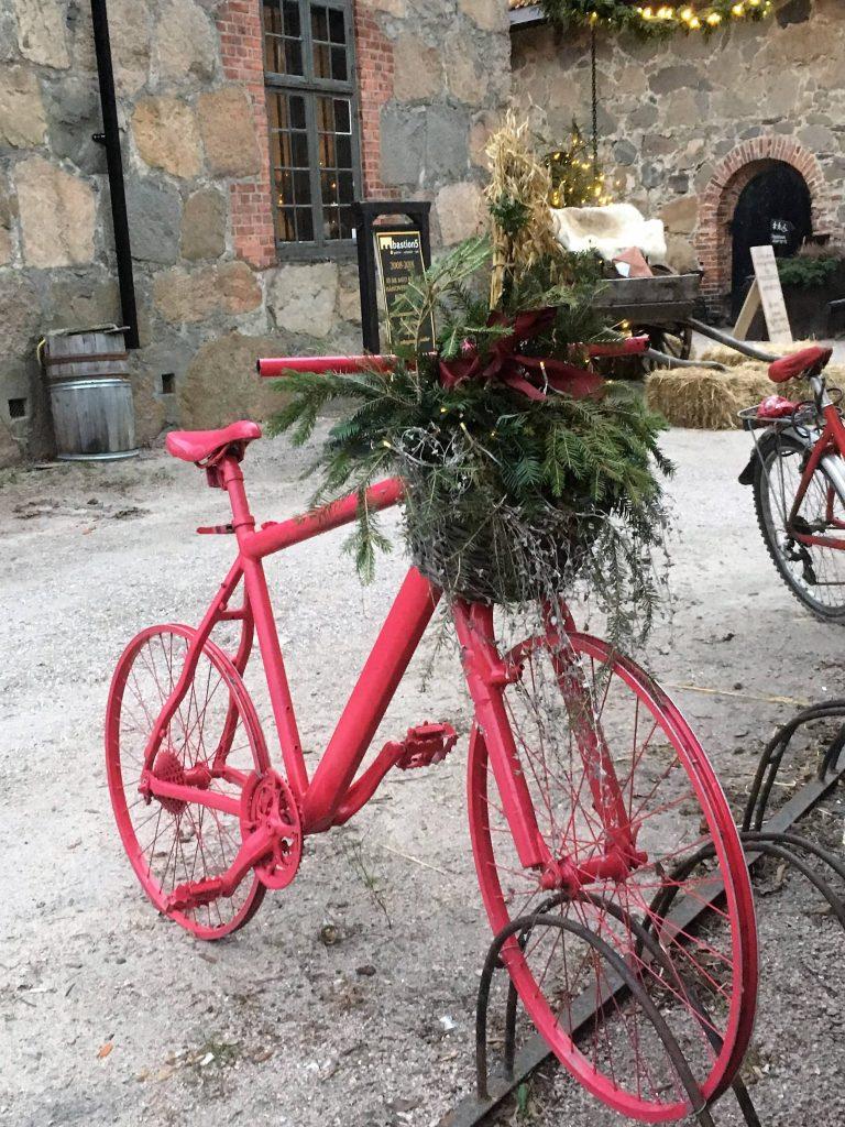 Venninnetur til Gamlebyen. En rosa sykkel er pyntet til jul