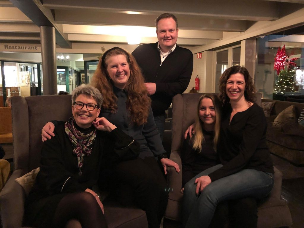 Bo på hotell på Beitostølen - Bloggjengen i resepsjonen på hotellet. Foto Thomas Marthinsen
