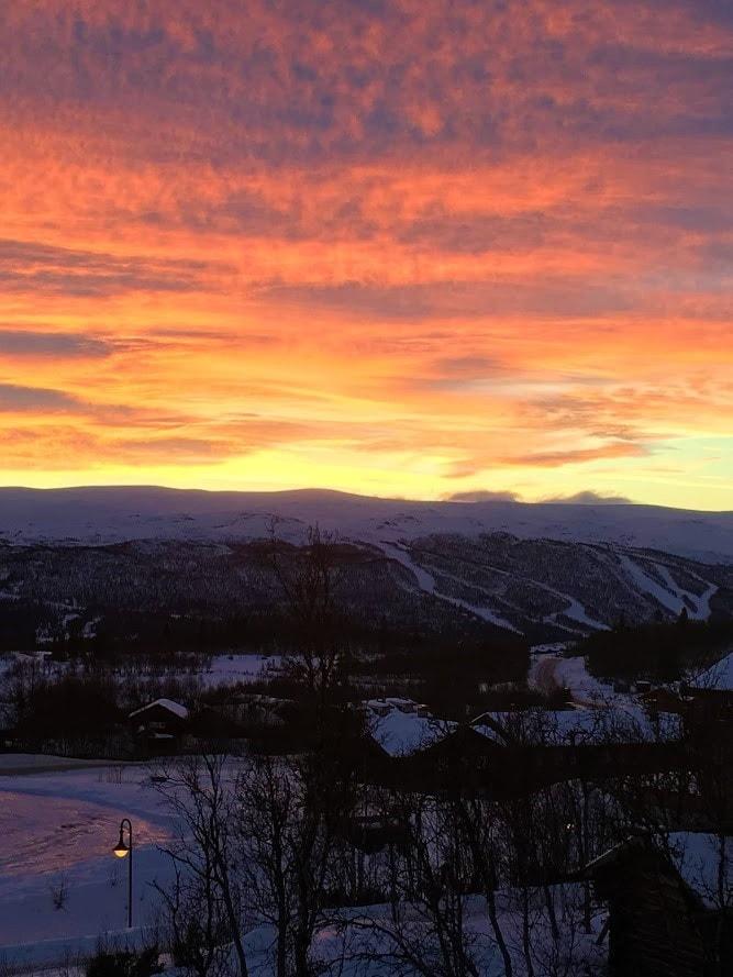 Bo på hotell på Beitostølen - utsikten fra rommet badet i solnedgangen