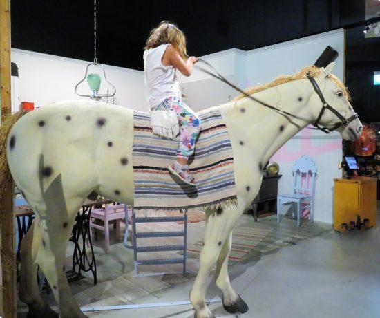 Opplev Filmbyn i Småland med Astrid Lindgrens verden. Jenta vår rir på Pippis hest, lilla Gubben