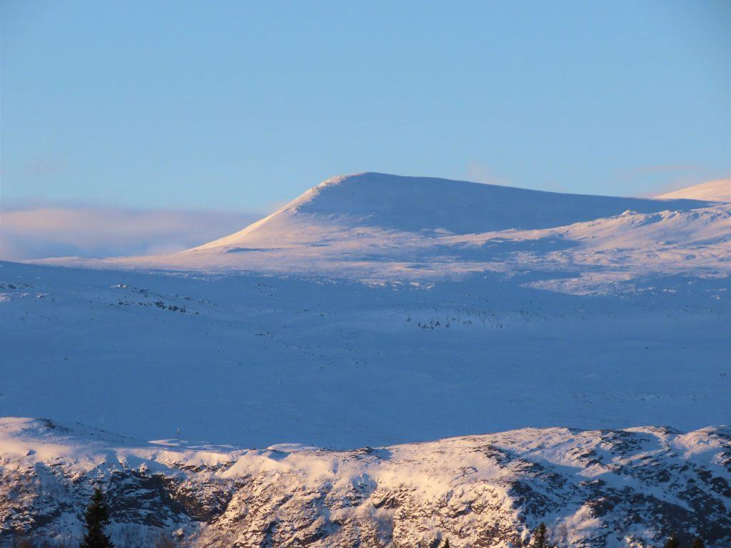 Supergli på felleski innover Garlislettene - Utsikt mot snøkledde vakre fjelltopper