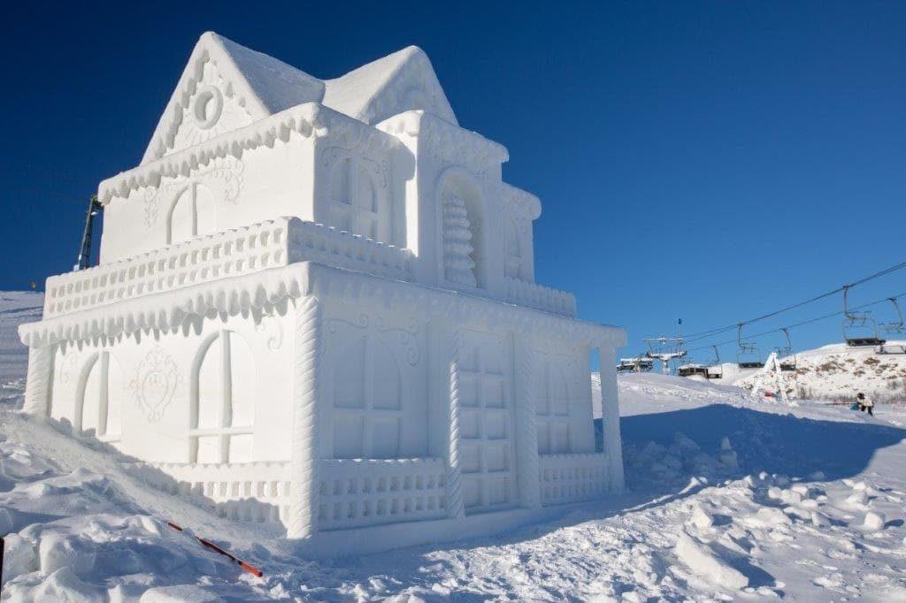 Snøskulpturene på Beitostølen - Et slags pepperkakehus i is og snø