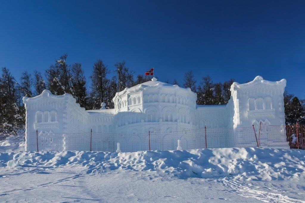 Snøskulpturene på Beitostølen - Stortinget med flagget til topps