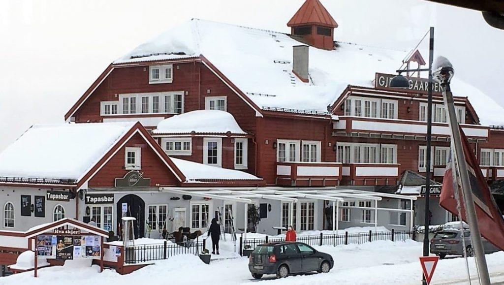 Ikke er født med ski på beina - Beitostølen, Gjestegårrden med leiligheter oog restaurant