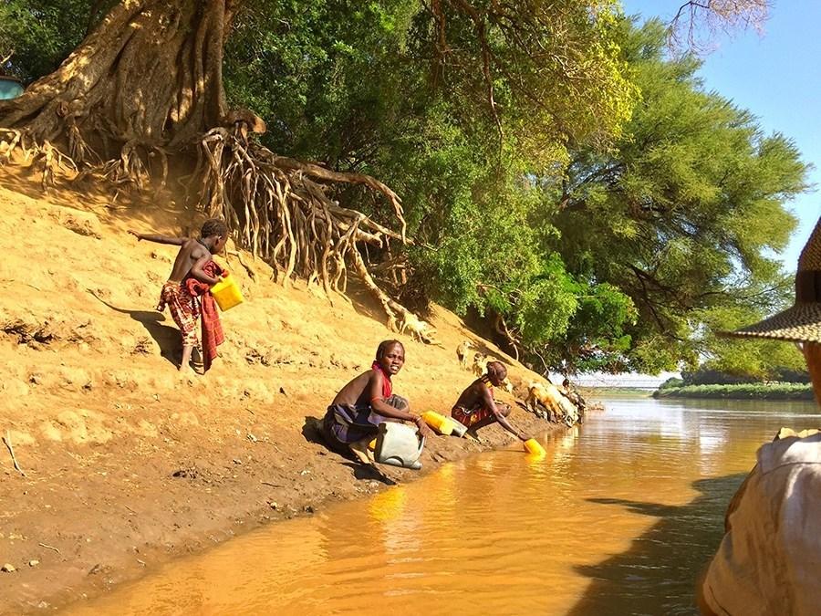 Rystende og tankevekkende besøk hos stammefolk i Etiopia - Kvinnene fra Daasanach stammen henter vann i Omo elven