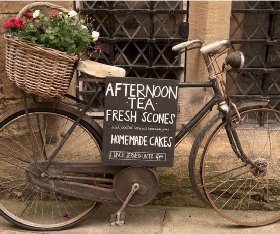 Gamlebyen Gjestgiveri – historisk og så utrolig levende. Sykkel med blomster Foto Gamlebyen Gjestgiveri