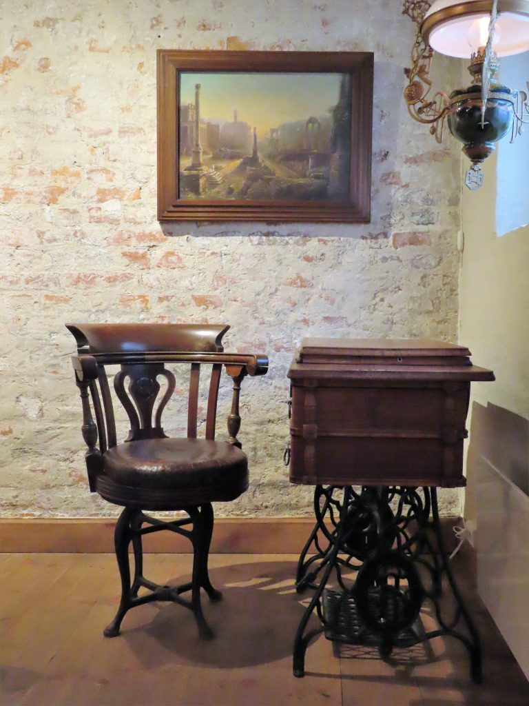Med andektig sinn trer jeg inn i suiten til Gamlebyen Hotell - Antikk skriveplass i hoved-soverommet