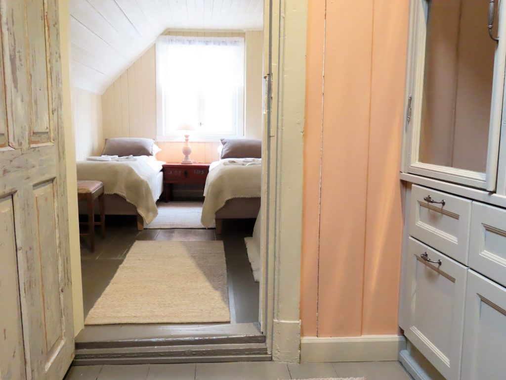 Med andektig sinn trer jeg inn i suiten til Gamlebyen Hotell - Det sjarmerende soverommet i 2. etasje