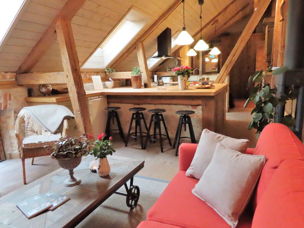 Med andektig sinn trer jeg inn i suiten til Gamlebyen Hotell - Fra salongen og inn mot kjøkkenet