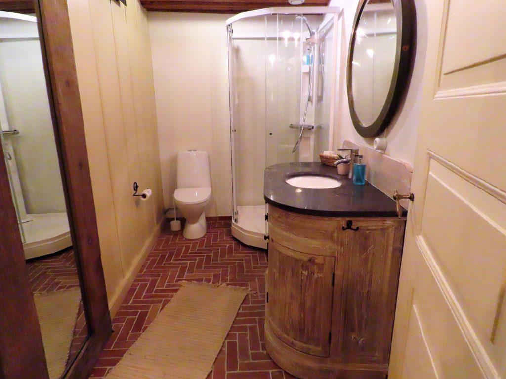Med andektig sinn trer jeg inn i suiten til Gamlebyen Hotell - badet med antikke detaljer
