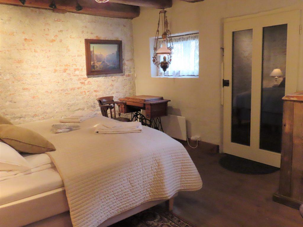 Med andektig sinn trer jeg inn i suiten til Gamlebyen Hotell - detaljer fra hoved-soverommet