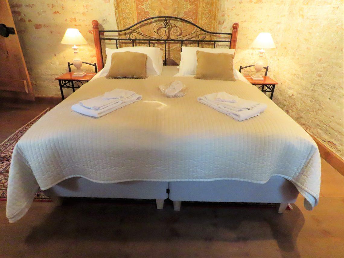 Med andektig sinn trer jeg inn i suiten til Gamlebyen Hotell -hoved-soverommet i 1.etasje