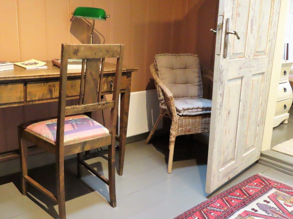 Med andektig sinn trer jeg inn i suiten til Gamlebyen Hotell - mellomgangen inn til soverommet i 2. etasje