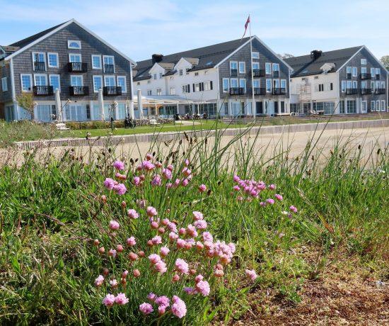 Støtvig Hotel i Hampton-stil og med utsikt mot evigheten - Hotellet sett på skrå fra strandområdet