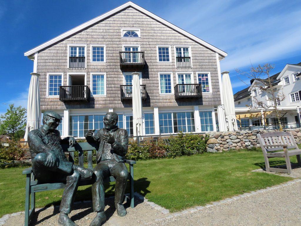 Støtvig Hotel i Hampton-stil og med utsikt mot evigheten - skulpturen to kæll