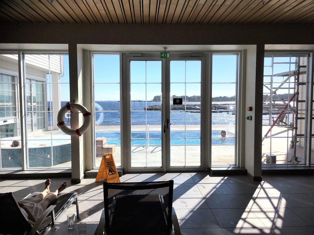 Støtvig Hotel i Hampton-stil og med utsikt mot evigheten - utsikten fra spaavdelingen og utover bassenget utendørs