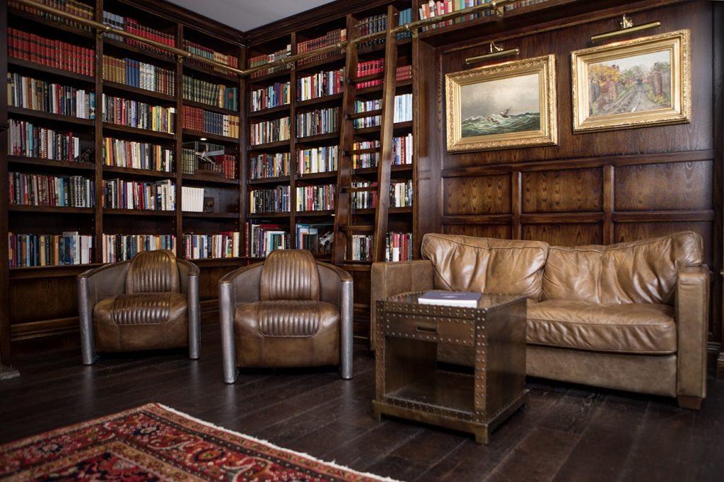 Fra biblioteket i det mangslugne Støtvig Hotel