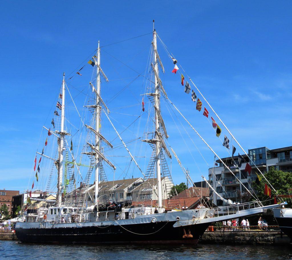 En av seilskutene som ligger langs kaianlegget i Fredrikstad