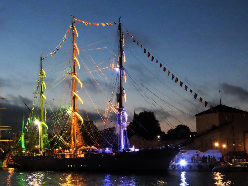En seilskute med tente lys - Tall Ships Races Fredrikstad