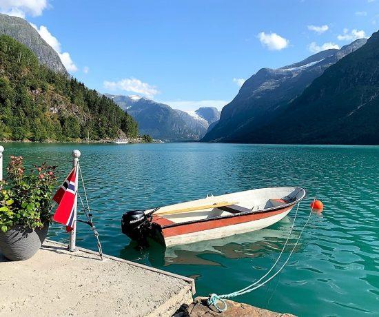 På bobilferie i Norge for første gang. Den berømmelige båten i Lovatnet som de fleste besøkende tar bilde av IMG_2328 (2)-min