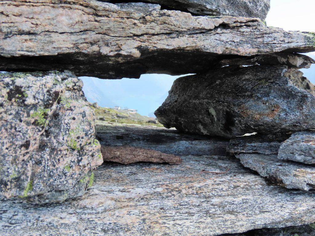 Dette er ingen grotte, derimot en varde nær innpå - Loen IMG_3086 (2)-min