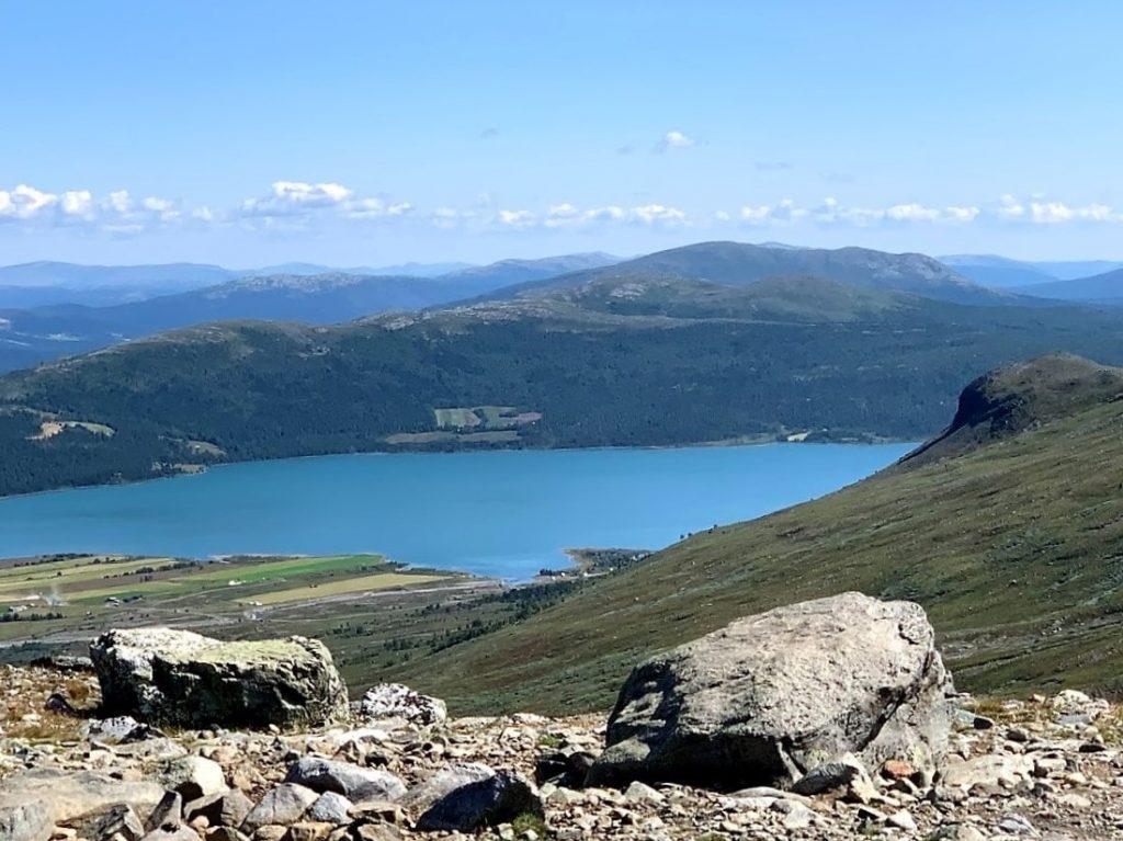 Flott utsikt fra fjellet og ned mot Tessvatnet og brimi seter IMG_2209 (2)-min