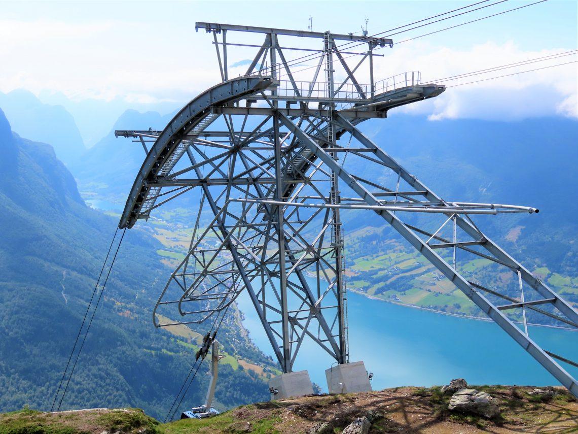 Loen Skylift - fra fjord til fjell på 5 minutter - Her ser du litt av gonodolbanen som trekker oss opp og ned IMG_3068 (2)