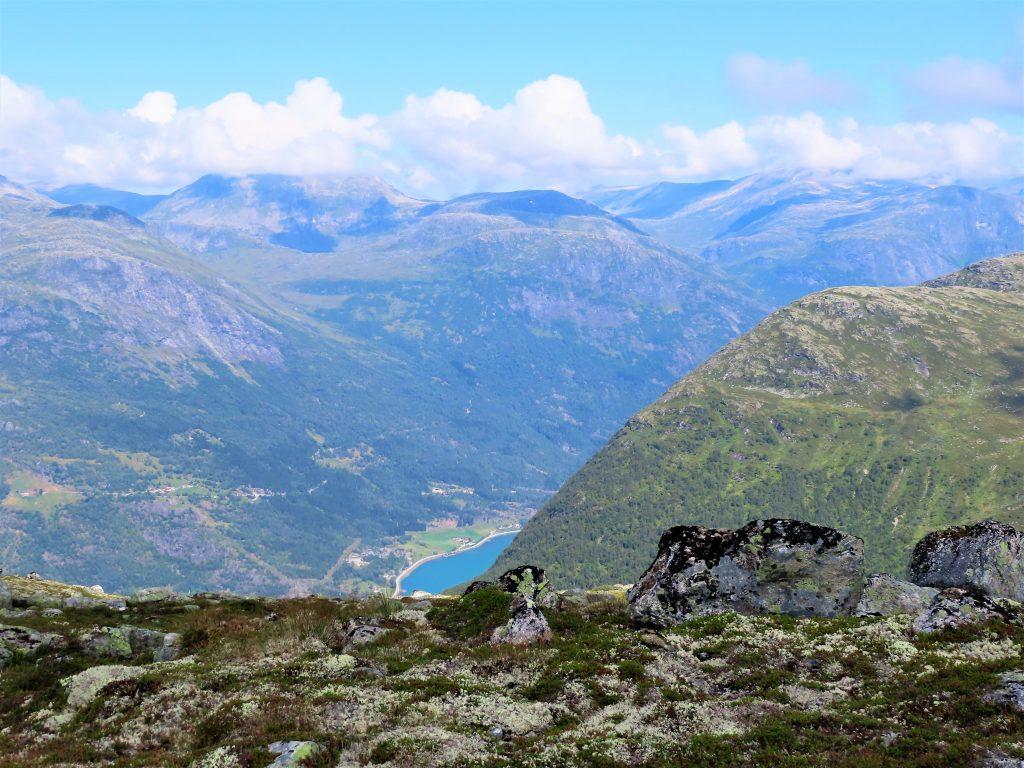 Loen Skylift - fra fjord til fjell på 5 minutter - utsikt ned mot Oppstrynsvatnet IMG_3089 (2)-min