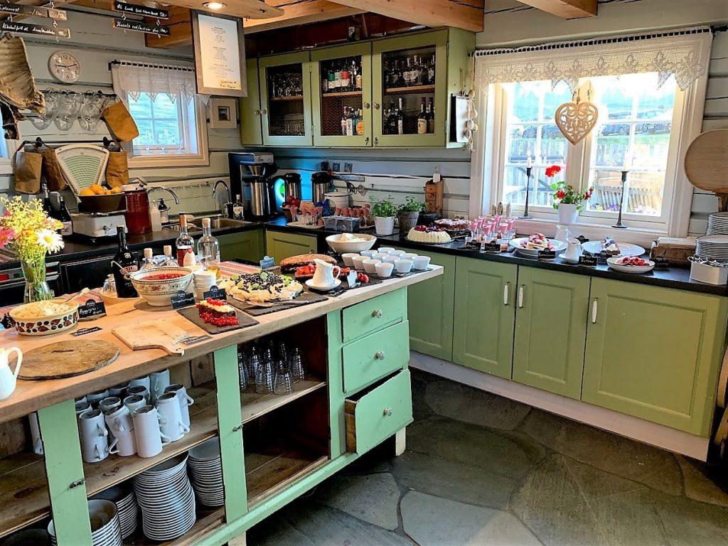 På Brimi Seter spiste vi skråpå-tå, menyen som også inneholder et fantastisk dessertbord IMG_2067 (2)-min