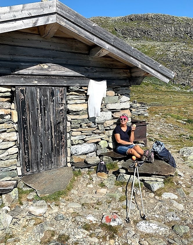 Ved steinbua i fjellene overfor Brimi seter passet det perfekt å ta et eple og en Kvikklunsj IMG_2102 (2)-min