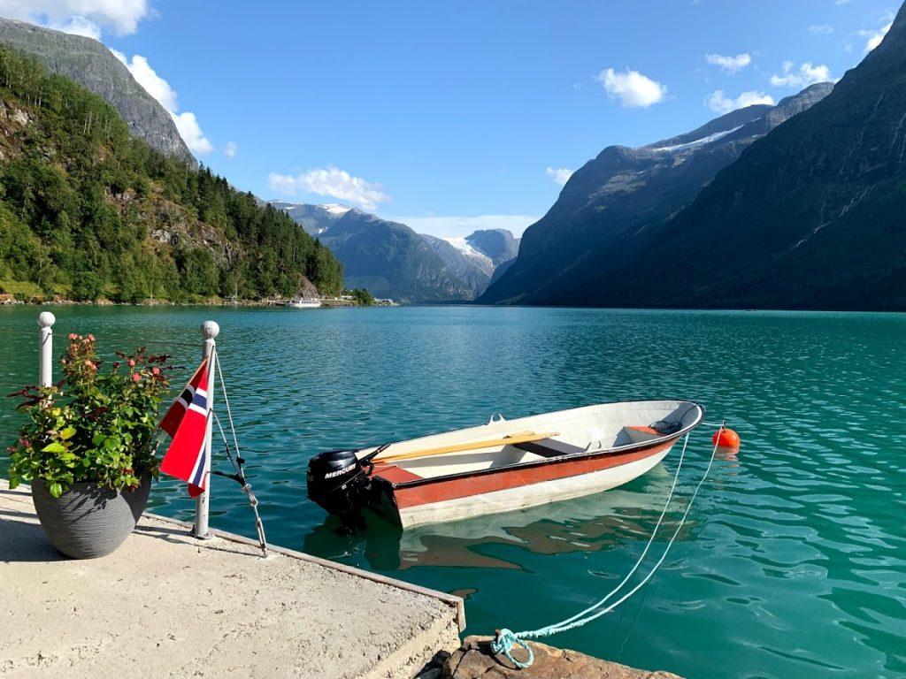 Båten i det grønne vannet i Lovatnet er et vanlig syn på Instagram IMG_2328