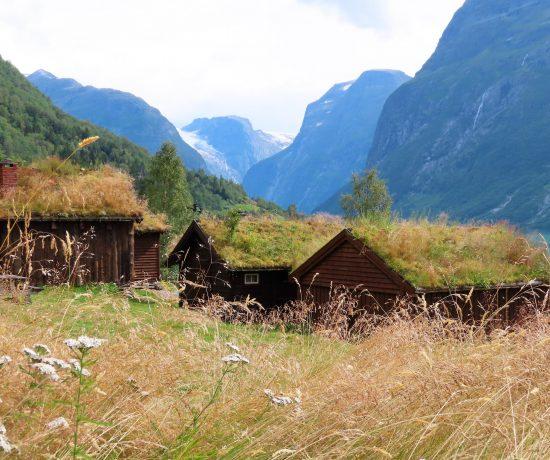 Det er idyll som preger Lovatnet inn mot Kjenndalsbreen idag - Setergrenda Breng IMG_3163 (2)