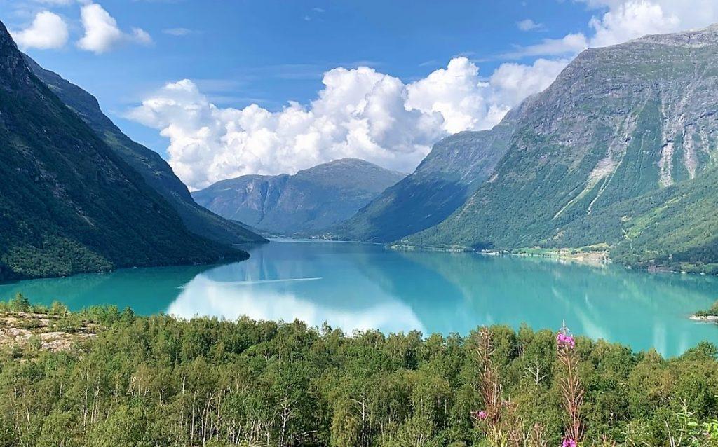 Det er idyll som preger Lovatnet inn mot Kjenndalsbreen idag - her ser du litt av det kjente grønne vannet IMG_4196 (2)