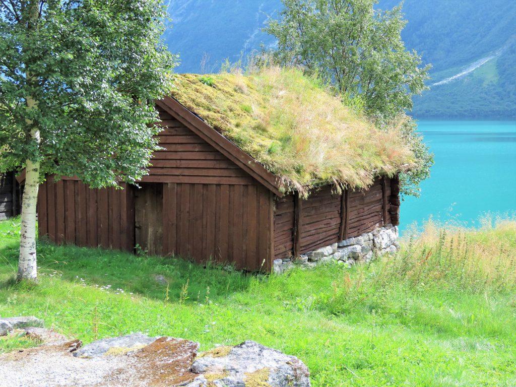 Det er idyll som preger Lovatnet inn mot Kjenndalsbreen idag - sett fra Breng gårdstun IMG_3170 (2)