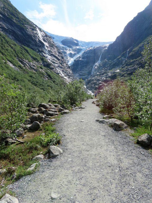 Det er laget fin ganvei fra parkeringsplassen og inn til Kjenndalsbreen IMG_3147 (2)