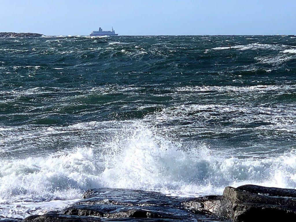 Med Vesterøy på Hvaler i ryggen, har du Amerika forut - skumsprøyten slår mot land IMG_3674 (3)