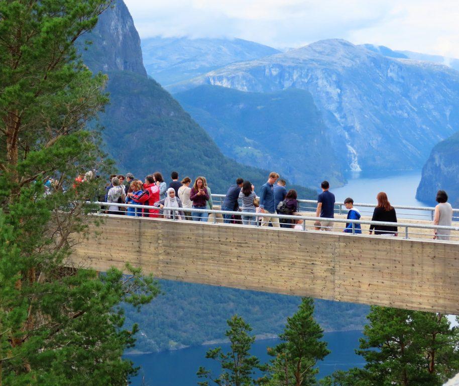 Turister ute på utsiktspunktet Stegastein IMG_3186 (2)
