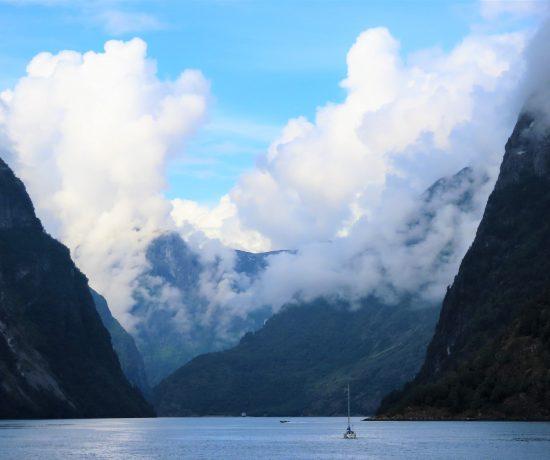 Miljøvennlig cruice på verdensarvlistede Nærøyfjorden - blandt høye fjell er seilbåten liten IMG_3243 (2)-min