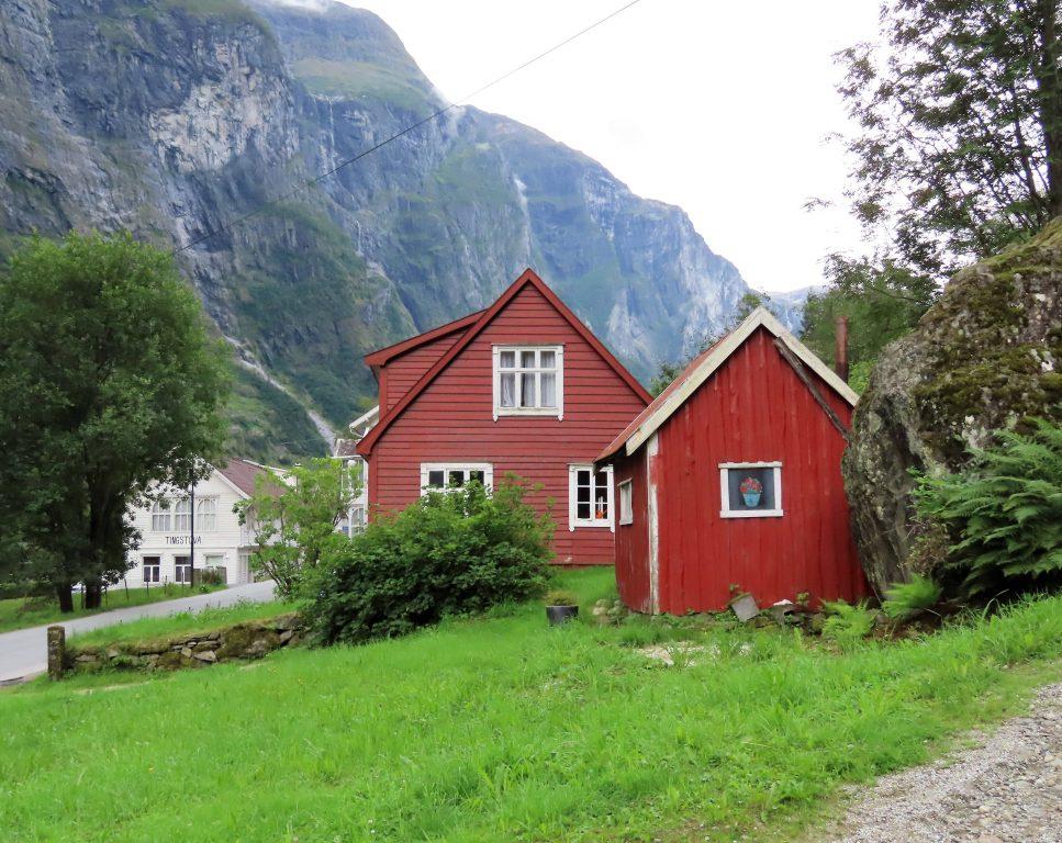 Miljøvennlig cruise på verdendensarvlistede Nærøyfjorden - her er vi i Gudvangen IMG_3319 (2)-min