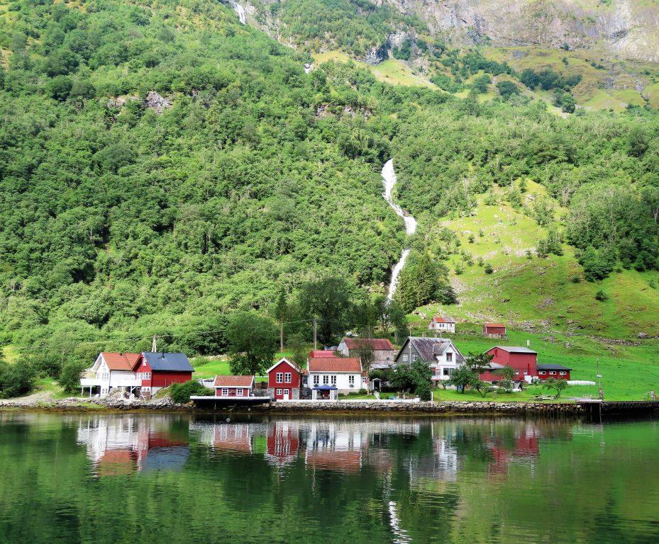 Miljøvennlig cruise på verdendensarvlistede Nærøyfjorden - i disse bosettingen er det mye levd liv i nåtid og i gamledager IMG_3288 (2)-min
