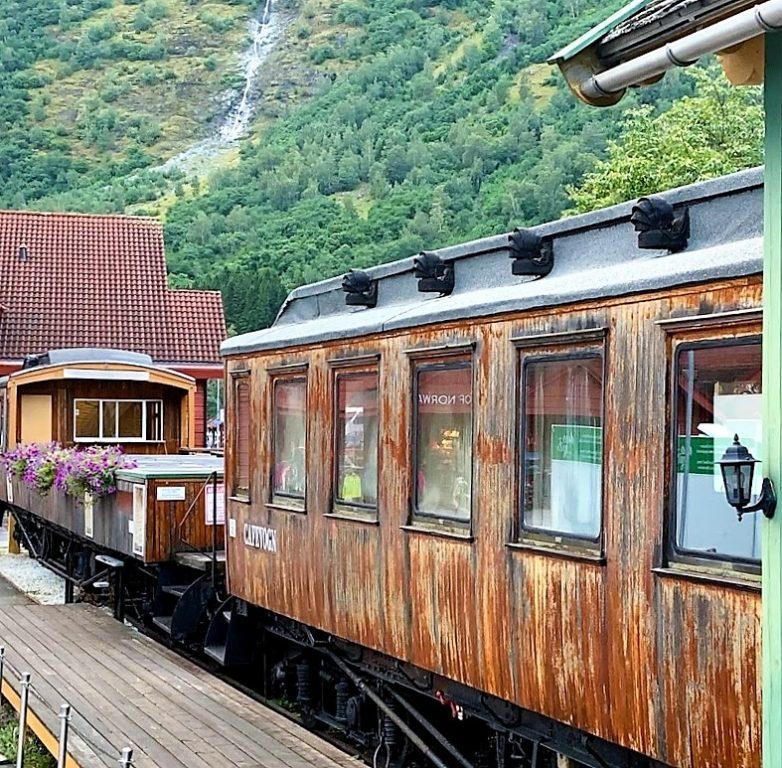 Parkert, gammel togsett midt i Flåm IMG_2543 (2)