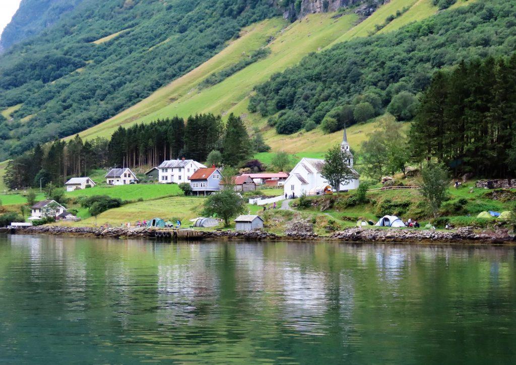 Små bosettinger langs turen vår på Nærøyfjorden IMG_3295 (2)-min