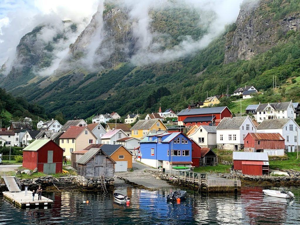 Undredal var et av stoppene på turen inn mot Nærøyfjorden IMG_2491-min